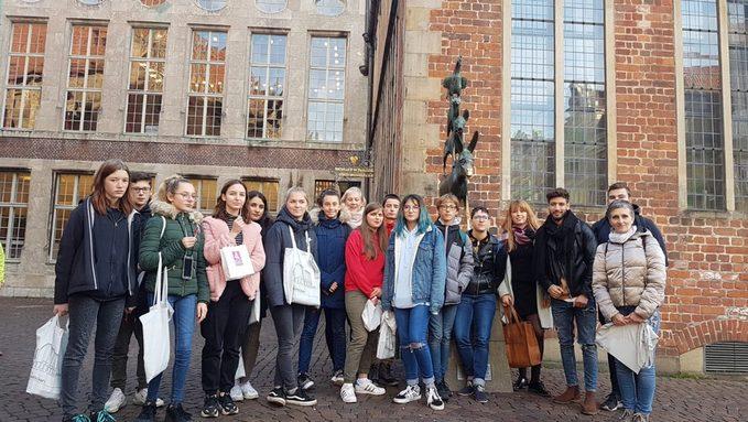 devant l'Hôtel de Ville et la statue des musiciens de Brême 2.jpeg